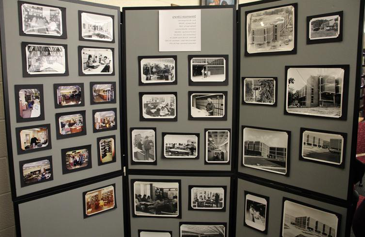 A display of hist要么ical photos of Stevenson 图书馆 over 日e years.